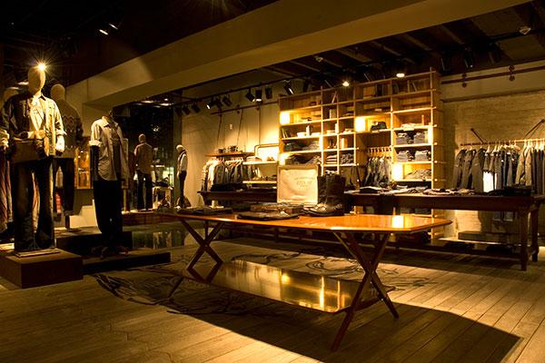 shop_store_interno_arredo_negozi_interiors_area_vendita_replay_berlin_vestiti_abiti_concrete_floor_pavimento_cemento