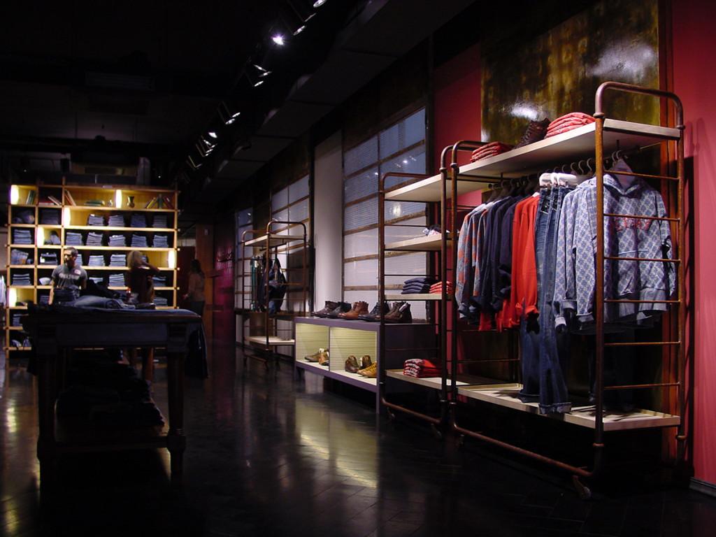 shop_store_interno_arredo_negozi_interiors_lusso_area_vendita_pareti_wall_replay_amburgo
